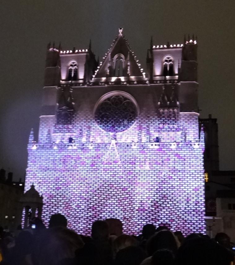 17 Fete Lumieres Cathedrale St Jean Foule 72