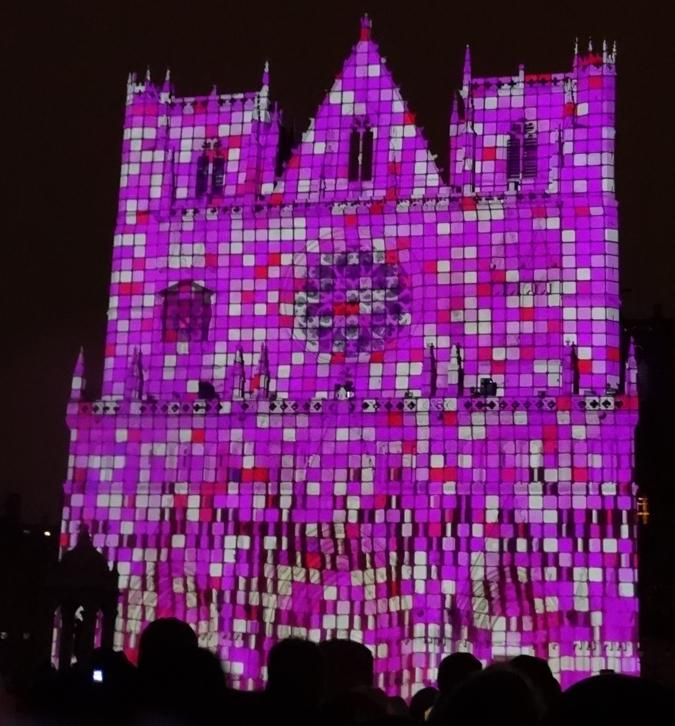 17 Fete Lumieres Cathedrale St Jean Foule 8