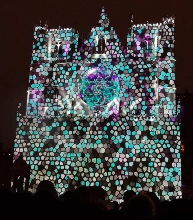 17 Fete Lumieres Cathedrale St Jean Foule 84