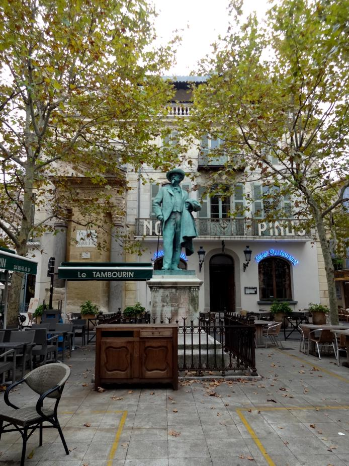 18 Arles Place Resto Statue Mistral