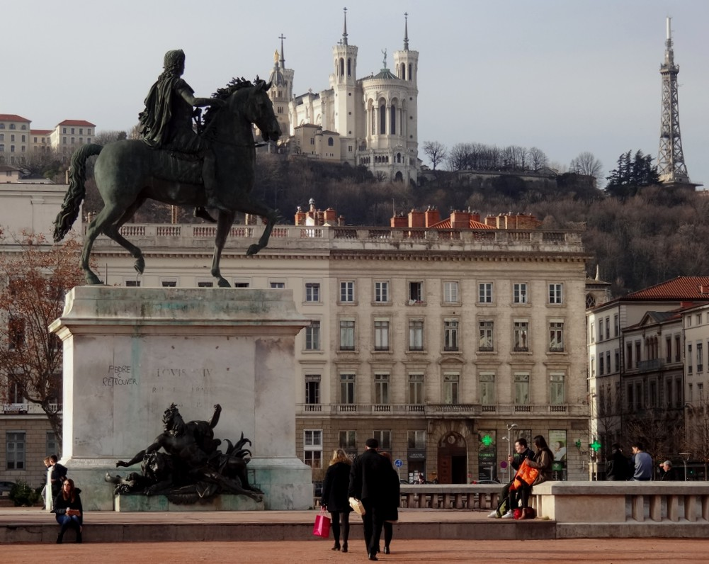 15 Lyon Place Bellecour Basilique Statue